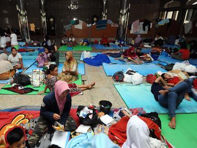 Warga Cipinang Melayu beristirahat di dalam Masjid Raya Universitas Borobudur, Jakarta, Senin (20/2). Ratusan warga Cipinang Melayu terpaksa mengungsi akibat banjir yang menggenangi pemukiman mereka. (Liputan6.com/Helmi Fithriansyah)