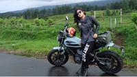 Nabila Putri dengan motor Ducati Scramblernya (instagram)