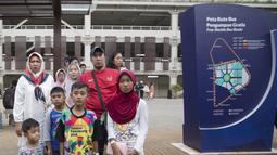 Keluarga menanti kehadiran shuttle bus yang beroperasi di area Festival Asian Games 2018 pada hari Sabtu (1/9/2018) di kawasan Gelora Bung Karno, Senayan Jakarta. (Bola.com/Peksi Cahyo)