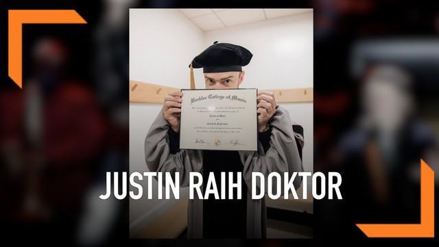 Justin Timberlake meraih gelar doktor musik dari Berklee College of Music di Boston, AS. Momen kebahagiaan saat ia menggunakan toga diunggahkan di media sosial.