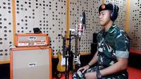 Seorang pria berseragam TNI AU menyanyikan lagu Despacito dalam bahasa Indonesia yang telah diubah liriknya (Andina Kamia Sunaryo/ Youtube Puspen TNI)