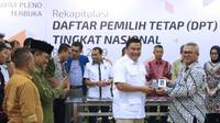 Ketua KPU RI, Arief Budiman (kanan) menyerahkan soft copy DPT tingkat nasional kepada perwakilan Partai Gerindra usai rapat pleno di Jakarta, Rabu (5/9). Sebelumnya, KPU menggelar rapat pleno rekapitulasi DPT nasional. (Liputan6.com/Helmi Fithriansyah)