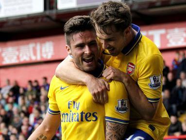 Selebrasi Olivier Giroud dan Aaron Ramsey pada pertandingan Liga Premier Inggris antara Crystal Palace vs Arsenal di Selhurst Park, London (26/10/2013). (AFP/Ian Kington).