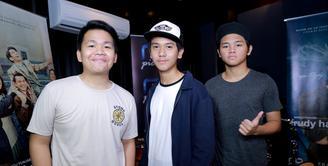 Sebagai generasi muda, grup vokal CJR yang di gawangi oleh Rizky, Aldi dan Iqbaal menjadi suatu kebanggaan yang tak bisa dipungkiri ketika mengisi soundtrack film yang mengisahkan mantan Presiden BJ Habibie. (Adrian Putra/Bintang.com)