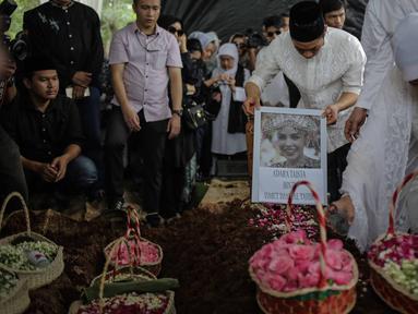 Anak Hatta Rajasa, Rasyid Rajasa meletakan foto almarhum istrinya Adara Taista di makam TPU Tanah Kusir, Jakarta, Senin (21/5). Kabarnya, Adara Taista meninggal dunia karena menderita sakit kanker kulit. (Liputan6.com/Faizal Fanani)