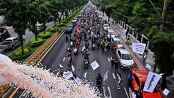 Demonstran melakukan konvoi saat berunjuk rasa di Bangkok, Thailand, Jumat (10/9/2021). Demonstran mendesak Perdana Menteri Thailand Prayut Chan-O-Cha mengundurkan diri atas penanganan pemerintah terhadap COVID-19 dan pembebasan tahanan politik. (LILLIAN SUWANRUMPHA/AFP)