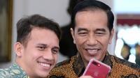 Egy Maulana Vikri dan Presiden Joko Widodo mengabdikan diri untuk berfoto selfie di Istana Merdeka, Jumat (23/3). Egy Maulana tampil memukau bersama Timnas U-19 lalu dipinang klub Polandia Lechia Gdansk. (Kris - Biro Pers Setpres)