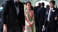 Pemimpin Myanmar Aung San Suu Kyi (tengah) tiba untuk menghadiri upacara penobatan Kaisar Naruhito di Istana Kekaisaran, Tokyo, Jepang, Selasa (22/10/2019). Kaisar Jepang Naruhito akan menjalani rangkaian ritual penobatan resmi kekaisaran hari ini. (AP Photo/Koji Sasahara, Pool)