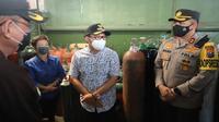 Wali Kota Malang, Sutiaji bersama Kapolres Malang Kota AKBP Budi Hermanto memantau ketersediaan tabung oksigen. Di kota ini ketersediaan tabung oksigen, masker dan obat untuk penanganan Covid-19 mulai menipis (Humas Pemkot Malang)