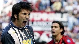Ekspresi kiper Juventus, Gianluigi Buffon, usai berhasil menyelamatkan gawangnya dari tendangan striker AC Milan, Filippo Inzaghi, pada laga Liga Italia di Stadion San Siro, Minggu (8/5/2005). (AP Photo/Luca Bruno)