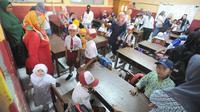 Sejumlah orang tua mendampingi putra-putri mereka di hari pertama sekolah di SDN Cinere 1, Depok, Jawa Barat, Senin (15/7/2019). Seluruh siswa SD, SMP dan SMA, pada hari ini mulai masuk sekolah pada tahun ajaran baru 2019/2020. (merdeka.com/Arie Basuki)