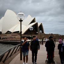 Orang-orang mengunjungi Opera House di Sydney pada Rabu (30/12/2020). Pihak berwenang berupaya menekan klaster kasus virus corona Covid-19 yang terus bertambah di kota terpadat di Australia tersebut. (Saeed KHAN / AFP)