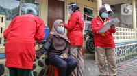 Petugas medis mengecek kesehatan warga sebelum divaksin COVID-19 di Bogor, Jawa Barat, Rabu (14/7/2021). BIN menggelar vaksinasi Covid-19 secara door to door kepada warga di 14 provinsi dan menyasar 19.000 warga. (Liputan6.com/Faizal Fanani)