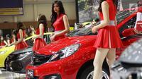 Sejumlah SPG berpose di samping mobil yang di pamerkan di ajang Gaikindo Indonesia International Auto Show (GIIAS) 2017 di Indonesia Convention and Exhibition (ICE), Kawasan BSD City, Tangerang Selatan. Kamis (10/8). (Liputan6.com/Angga Yuniar)