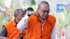 Tersangka selaku pemegang saham Blackgold Natural Resources Limited, Johannes Budisutrisno Kotjo tiba di gedung KPK, Jakarta, Rabu(15/8). Johannes diperiksa terkait proyek kontrak kerja sama pembangunan PLTU Riau-1. (Merdeka.com/Dwi Narwoko)