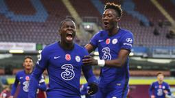 Pemain Chelsea, Kurt Zouma, melakukan selebrasi usai mencetak gol ke gawang Burnley pada laga Liga Inggris di Stadion Turf Moor, Sabtu (31/10/2020). Chelsea menang dengan skor 3-0. (Molly Darlington/Pool via AP)