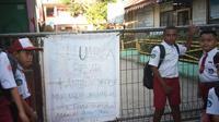 Siswa SD Perumnas I Waena, Kota Jayapura yang sekolahnya dipalang. (Liputan6.com/Katharina Janur/Faisal)