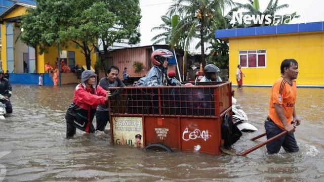 Luapan anak Kali Angke menyebabkan Jalan Raya KH Hasyim Ashari Ciledug terendam banjir antara 30 hingga 50 cm. Alhasil, akses dari Tangerang menuju Ciledug dan Jakarta Barat atau sebaliknya terputus.