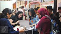 Para peserta saat mengunjungi pameran LPDP Edufair di Jakarta, Selasa (31/1). Para Pelajar tersebut mengantri untuk memasuki pameran pendidikan tinggi Lembaga Pengelola Dana Pendidikan (LPDP) Edufair 2017. (Liputan6.com/Angga Yuniar)