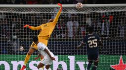 Manchester City hampir meyamakan skor pada menit ke-25. Sundulan Raheem Sterling hanya menerpa mistar gawang Gianluigi Donnarumma. (AFP/Franck Fife)