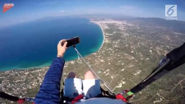 Seorang pria mengabadikan momen di ketinggian 2500 kaki dengan berswafoto. Namun sayang ponselnya terlepas dari genggaman dan terjatuh.