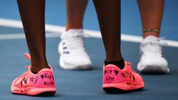 Petenis AS, Coco Gauff memakai sepatu dengan tulisan nomor jersey Kobe Bryant selama pertandingan Australia Terbuka 2020 di Melbourne, Senin (27/1/2020).  Para petenis yang meramaikan Australia Terbuka 2020 turut berbelasungkawa atas kepergian legenda basket NBA Kobe Bryant. (Manan VATSYAYANA/AFP)
