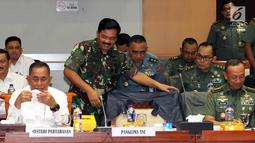 Menhan Ryamizad Ryacudu (kiri) dan Panglima TNI Marsekal Hadi Tjahjanto bersiap raker dengan Komisi I DPR, Jakarta, Rabu (5/9). Rapat juga membahas Isu-isu aktual yang berkembang seperti situasi menjelang Pemilu 2019. (Liputan6.com/Johan Tallo)