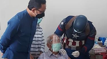 Vaksinator di RS Vania Kota Bogor memakai kostum superhero Captain Amerika saat menyuntikan vaksin Covid-19 kedua bagi para lansia, Selasa (20/4/2021).