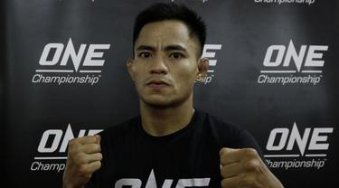 Petarung MMA, Stefer Rahardian, berpose usai latihan. (Bola.com/M. Iqbal Ichsan)