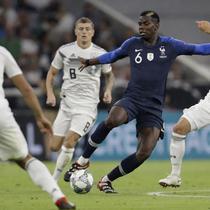 Gelandang timnas Prancis Paul Pogba coba diadang pemain Jerman Joshua Kimmich dalamlaga UEFA Nations League di Munchen, Jerman, Kamis (6/9/2018). Laga ini berakhir imbang 0-0. (AP Photo / Michael Probst)