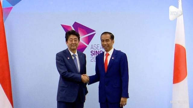 Presiden Joko Widodo melakukan pertemuan bilateral dengan Perdana Menteri Jepang Shinzo Abe di sela rangkaian pertemuan ASEAN di Suntec Convention Centre, Singapura.