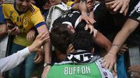 Fans memeluk kiper Juventus Gianluigi Buffon usai pertandingan melawan Hellas Verona pada lanjutan Liga Serie A Italia di Stadion Allianz di Turin, (19/5). Buffon telah bersama Juventus selama 17 tahun. (AFP Photo/Marco Bertorello)