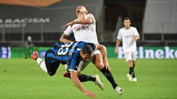 Pemain Inter Milan, Danilo D'Ambrosio (kiri) berebut bola dengan gelandang Sevilla, Lucas Ocampos pada pertandingan Final Liga Europa di Stadion Rhein Energie, Sabtu (22/8/2020) dini hari. Sevilla menjadi juara Liga Europa setelah menang dengan skor 3-2. (Ina Fassbender/Pool via AP)