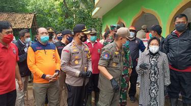 Mensos Tri Rismaharini mengunjungi korban longsor Kalijering, Padureso, Kebumen. (Foto: Liputan6.com/Polres Kebumen)