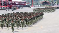 Prajurit TNI berbaris saat melakukan gladi resik HUT TNI ke-72 di Cilegon, Banten, Selasa (3/10). Gladi resik tersebut untuk memperingati HUT TNI ke-72 yang dilaksanakan tanggal 5 Oktober. (Liputan6.com/Angga Yuniar)