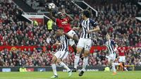Pemain Manchester United, Paul Pogba melakukan pelanggaran dengan menahan bola saat melawan West Bromwich pada lanjutan Premier League di Old Trafford, Manchester,(15/4/2018). Manchester United kalah 0-1. (Nick Potts/PA via AP)