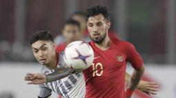 Gelandang Timnas Indonesia, Stefano Lilipaly, mengontrol bola saat melawan Filipina pada laga Piala AFF 2018 di SUGBK, Jakarta, Minggu (25/11). Kedua negara bermain imbang 0-0. (Bola.com/M. Iqbal Ichsan)
