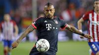 Gelandang Bayern Munchen, Arturo Vidal, berebut bola dengan pemain Atletico Madrid pada semifinal Liga Champions. (EPA/Peter Powell)
