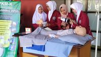 Mahasiswa Muhammadiyah Surabaya ciptakan inovasi sarung tangan infus (Foto:Liputan6.com/Dian Kurniawan)
