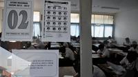 Para siswa mengikuti pelaksanaan Ujian Nasional SMP Sederajat di SMP Terbuka 48, Jakarta, Senin (5/5/14). (Liputan6.com/Johan Tallo)