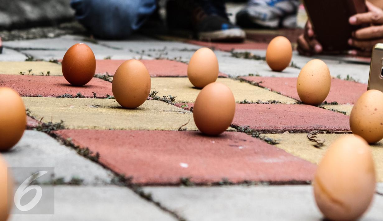Sejumlah warga etnis Tionghoa mendirikan telur ayam pada perayaan Peh Cun di Pasar Lama, Kota Tangerang, Kamis (9/6). Perayaan Peh Cun merupakan ritual ucapan syukur untuk hari penuh rahmat. (Liputan6.com/Fery Pradolo)