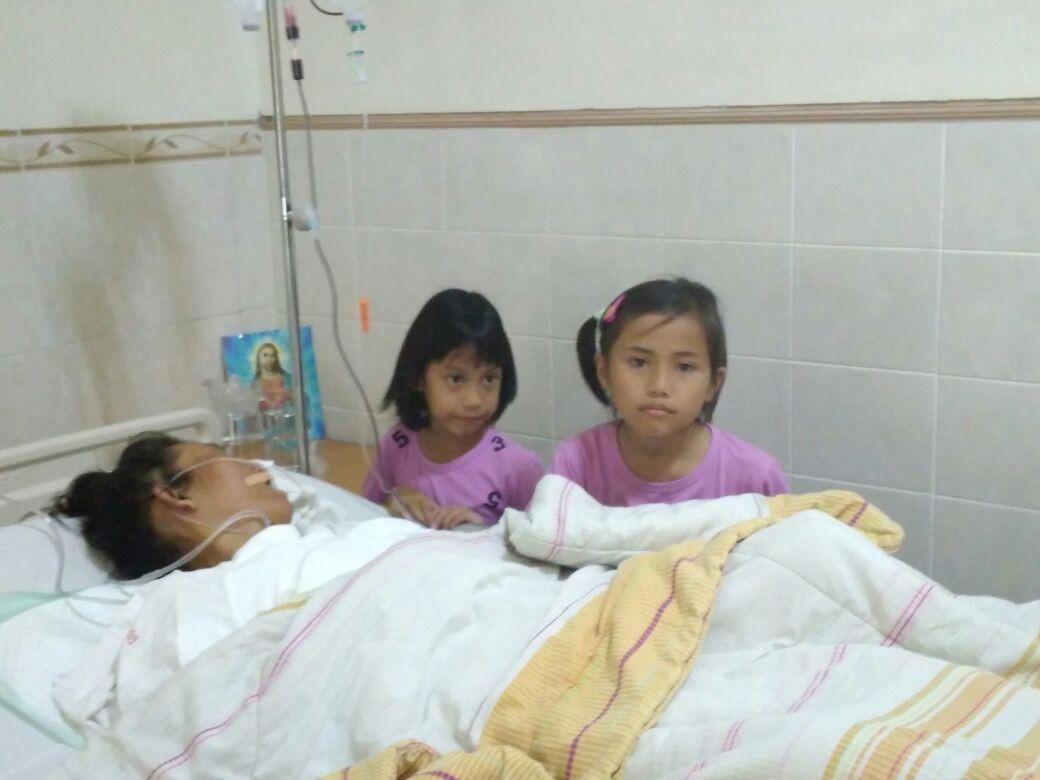 Kakak beradik Maudi Aulia Jasmine (9) dan adiknya Maura Aurelia Jasmine (8) menunggu ibunya yang masih koma di RS Elisabeth Semarang. (foto: Liputan6.com/edhie prayitno ige)