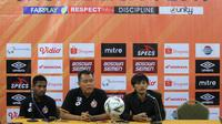 Syafrianto Rusli (pelatih Semen Padang/kanan) dalam sesi konferensi pers jelang laga melawan PSM di Makassar, Minggu (19/5/2019). (Bola.com/Abdi Satria)