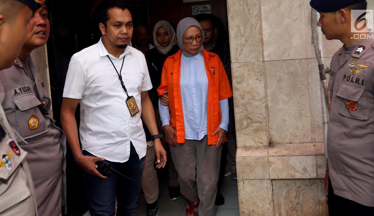 Tersangka Ratna Sarumpaet digiring petugas keluar ruang tahanan di Polda Metro Jaya, Jakarta, Rabu (10/10). Tersangka penyebar berita bohong atau hoax itu keluar tahanan untuk periksa kesehatan di Biddokkes. (Liputan6.com/Johan Tallo)