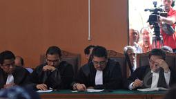 Tim kuasa hukum BG saat sidang praperadilan Budi Gunawan di Pengadilan Negeri Jakarta Selatan, Senin (16/2/2015).  Sidang beragendakan pembacaan putusan oleh hakim PN Jakarta Selatan. (Liputan6.com/Johan Tallo)