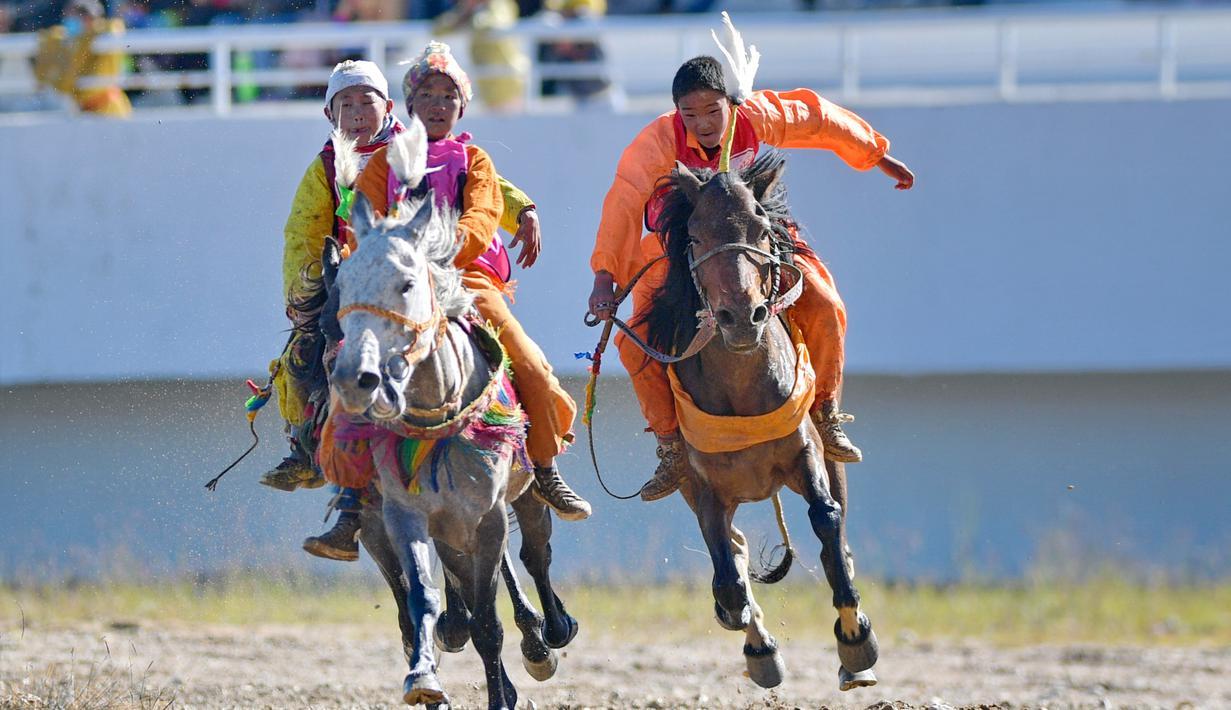 Para joki muda berlomba dalam babak penyisihan balap kuda 8 kilometer yang digelar di festival balap kuda tradisional di Nagqu, Daerah Otonom Tibet, China, 12 Agustus 2020. Po Karyu, seorang joki berusia 13 tahun dari Wilayah Nyainrong, akhirnya keluar sebagai juara di babak final. (Xinhua/Zhang Ruf