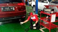 Bengkel resmi Mitsubishi sedang uji emisi (MMKSI)
