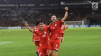 Pemain depan Persija, Marko Simic bersama Riko Simanjuntak merayakan gol ke gawang Tampines Rovers pada penyisihan grup H Piala AFC 2018 di Stadion GBK, Jakarta, Rabu (28/2). Persija unggul 4-1. (Liputan6.com/Helmi Fithriansyah)