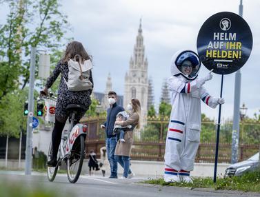 Ada Astronaut Kampanye Penggunaan Helm untuk Pesepeda