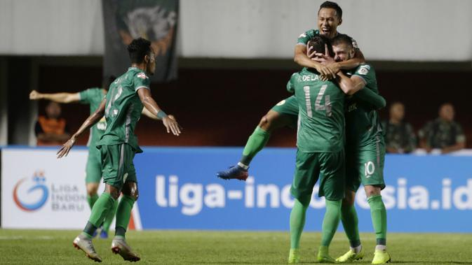 Para pemain PSS Sleman merayakan gol yang dicetak Yevhen Bokhashvili ke gawang Arema FC pada laga Liga 1 2019 di Stadion Maguwoharjo, Sleman, Rabu (15/5). PSS menang 3-1 atas Arema. (Bola.com/Yoppy Renato)